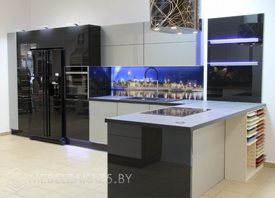 Серо черная угловая кухня со скинали и подсветкой