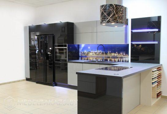 Черно серая угловая кухня минимализм со скинали