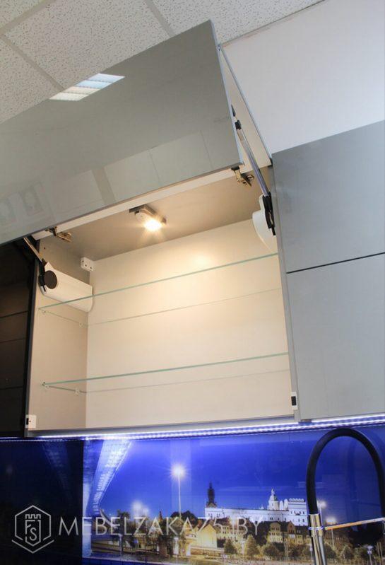 Черно серая угловая кухня с подсветкой и глянцевыми фасадами