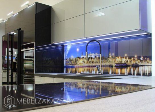 Черно серая угловая кухня в стиле минимализм со скинали и подсветкой