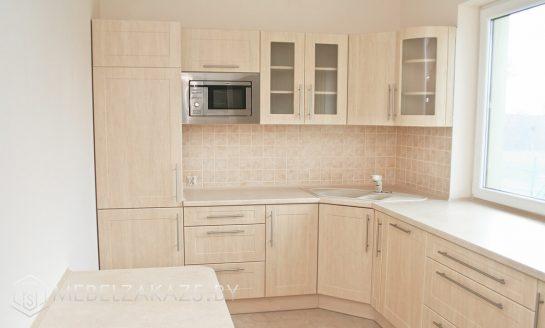 Одноцветная угловая кухня бежевого цвета