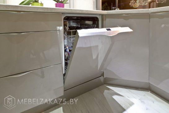 Современная угловая кухня цвета оливок