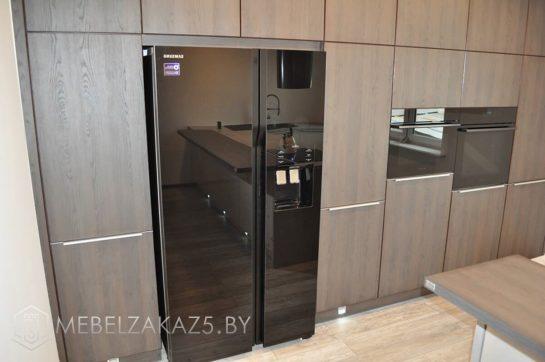 Угловая кухня из пластика со встроенной техникой и матовыми фасадами