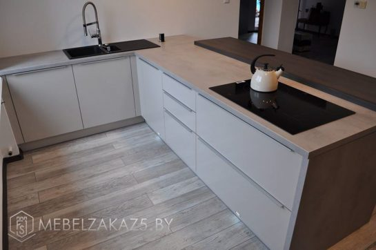 Угловая кухня из пластика со встроенной техникой в минималистичном стиле