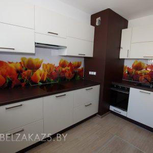 Белая угловая кухня в современном стиле со стеклянными скинали
