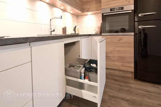 Шпонированная угловая кухня с подсветкой в скандинавском стиле