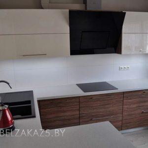 Угловая кухня с полуостровом в стиле модерн