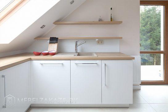 Встроенная кухня с открытыми полочками