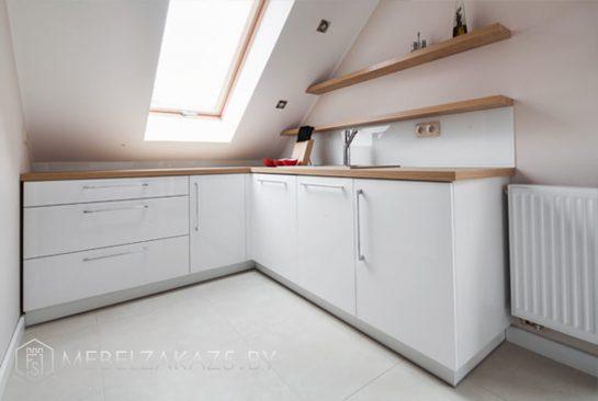 Встроенная кухня с открытыми полками