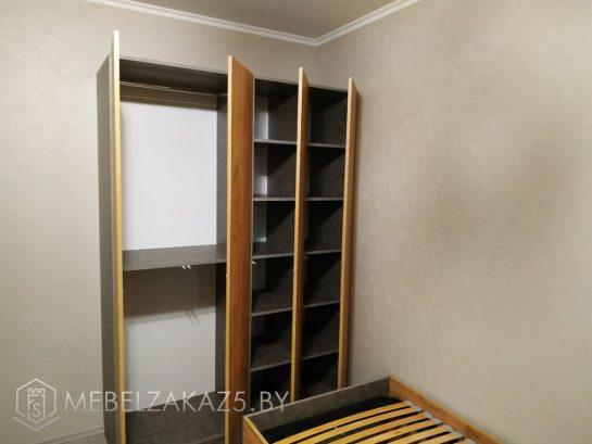 Распашной шкаф без ручек в комнату подростка