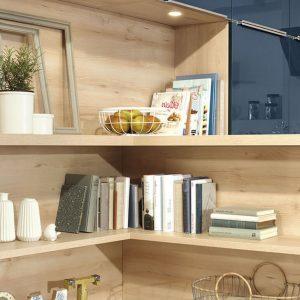 Угловая синяя кухня с деревянными полками