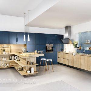 Угловая синяя кухня с деревом