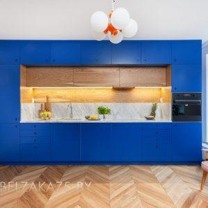 Современная прямая синяя кухня