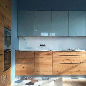 Синяя кухня с нижними шкафчиками под дерево