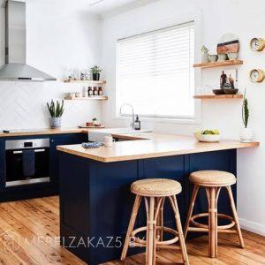 П-образная кухня синего цвета