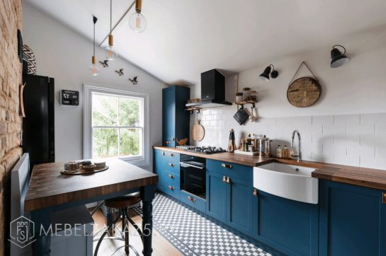 Линейная кухня в стиле кантри синего цвета