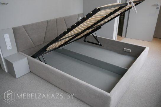 Современная серая двуспальная кровать