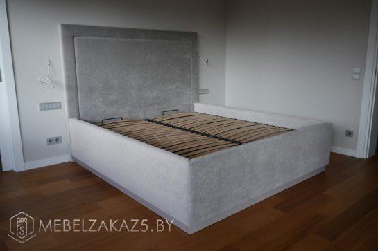 Кровать серого цвета в спальню