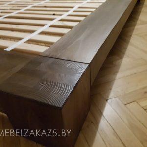 Низкая кровать из массива дерева