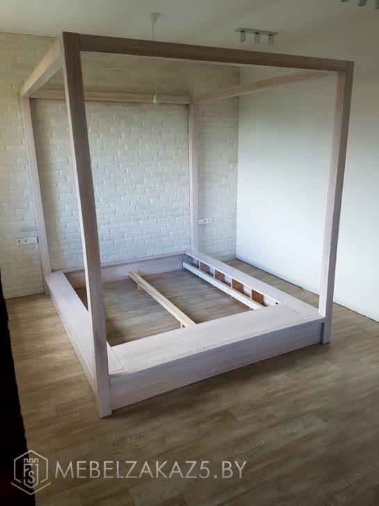 двуспальная деревянная кровать белого цвета