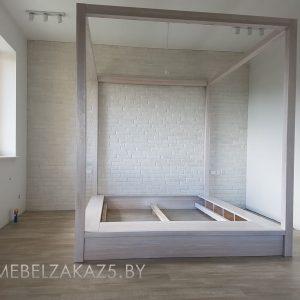 Кровать из массива белого цвета