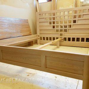 Деревянная кровать с изголовьем