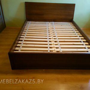 Кровать из массива в классическом стиле