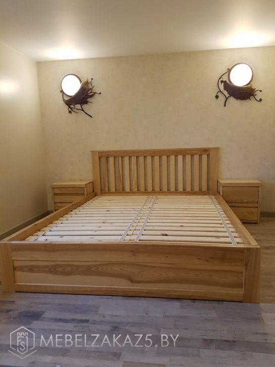 Деревянная кровать с приставными тумбами по бокам