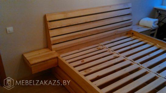 Кровать из дерева с подвесными ящиками