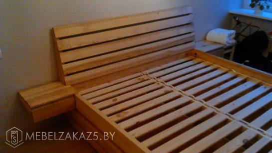Деревянная кровать с подвесными ящиками
