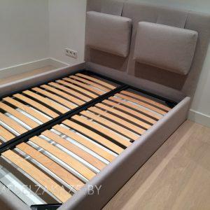 Современная кровать бежевого цвета
