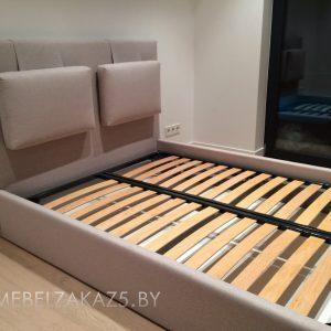 Современная кровать в бежевом цвете