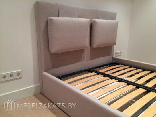 Бежевая кровать в современном стиле