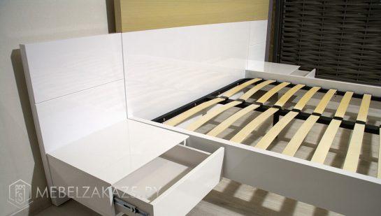 Двуспальная кровать белого цвета минимализм