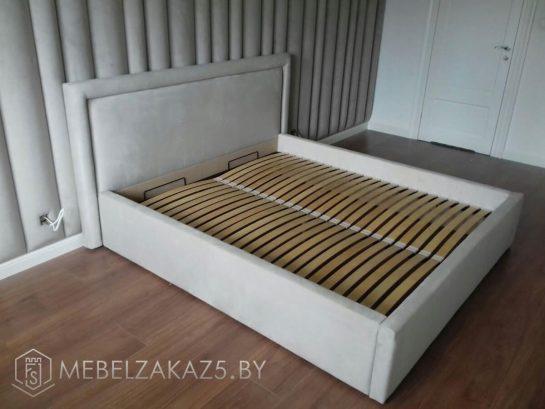 Кровать серого цвета с подъемным механизмом