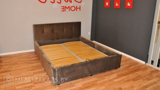 Темно-серая двуспальная кровать с изголовьем