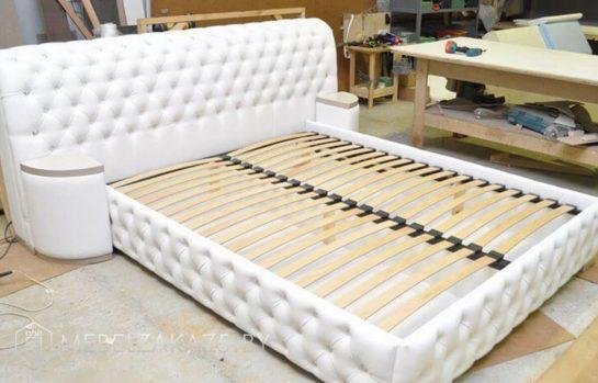 Белая классическая кровать с подъемным механизмом