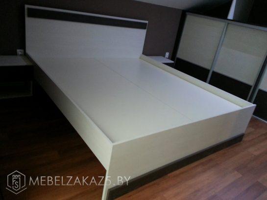 Кровать в черно-белом цвете