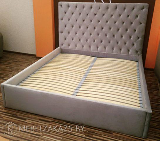 Светло-серая кровать с высоким изголовьем