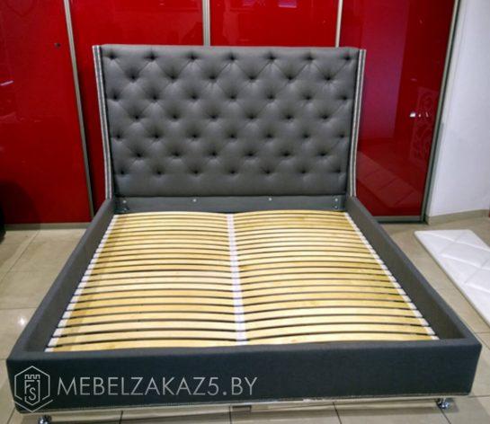 Темно-серая кровать с высоким изголовьем