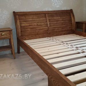 Классическая деревянная кровать
