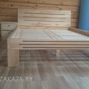 Деревянная кровать на ножках