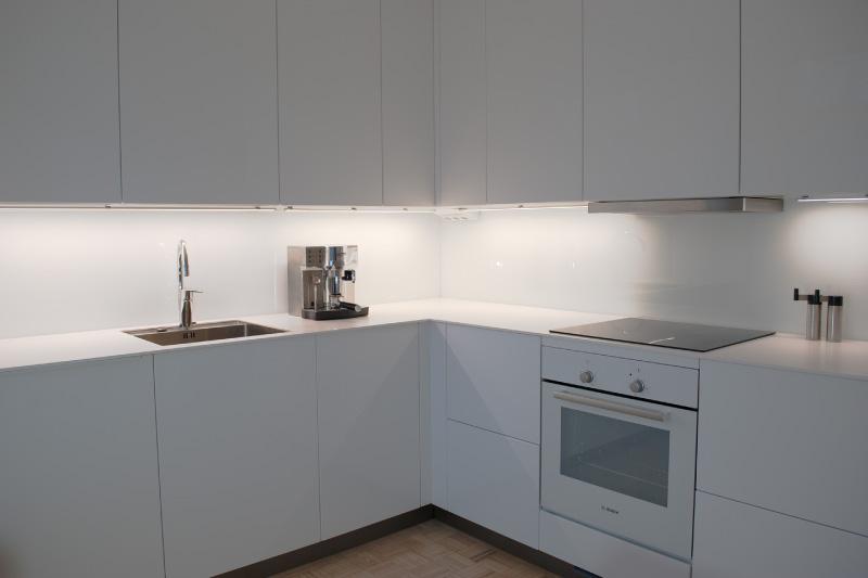 Белая кухня без ручек
