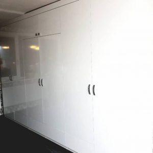 Корпусный распашной шкаф белого цвета