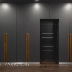 Черный распашной шкаф