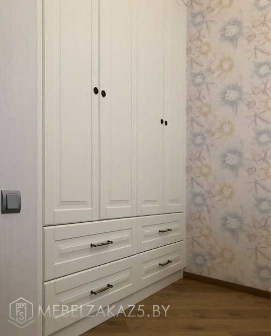Классический четырехстворчатый распашной шкаф
