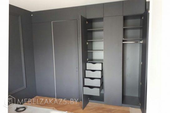 Встроенный распашной шкаф серого цвета
