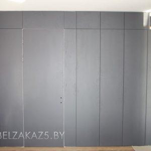 Встроенный серый распашной шкаф