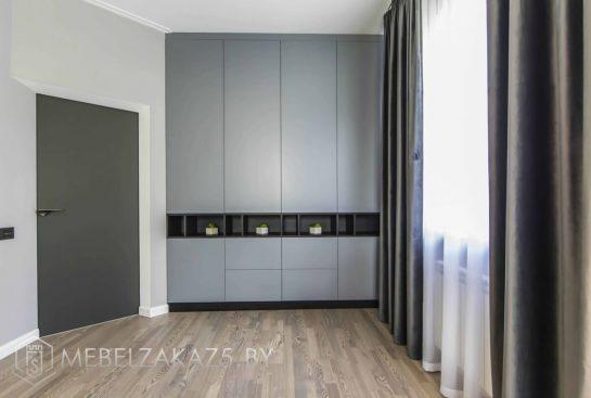 Встроенный распашной шкаф модерн