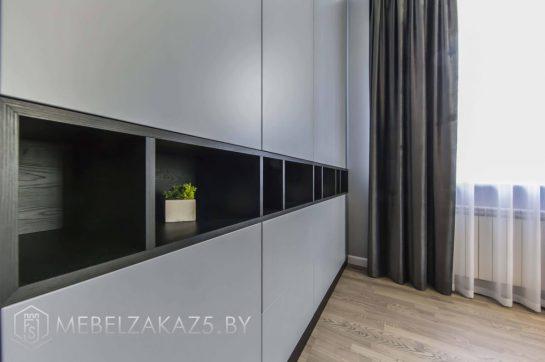 Встроенный распашной шкаф в стиле модерн